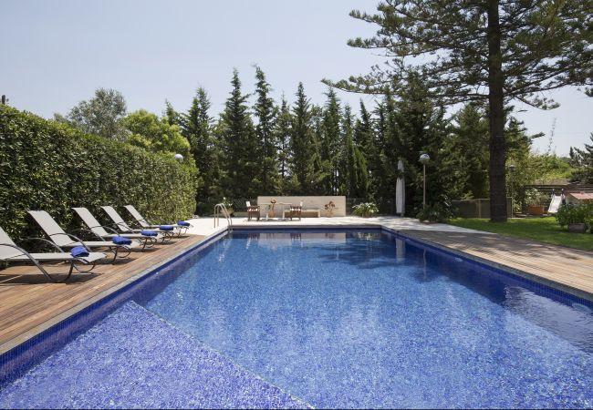 Pool and sun loungers in Villa in Inca