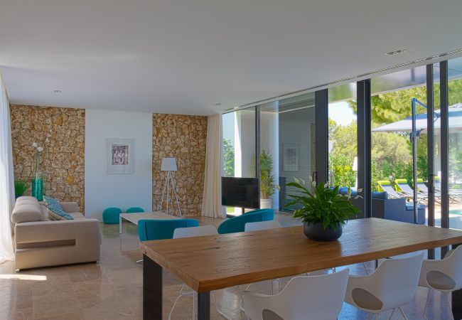 Dining room with views and access to the pool through the cristal doors