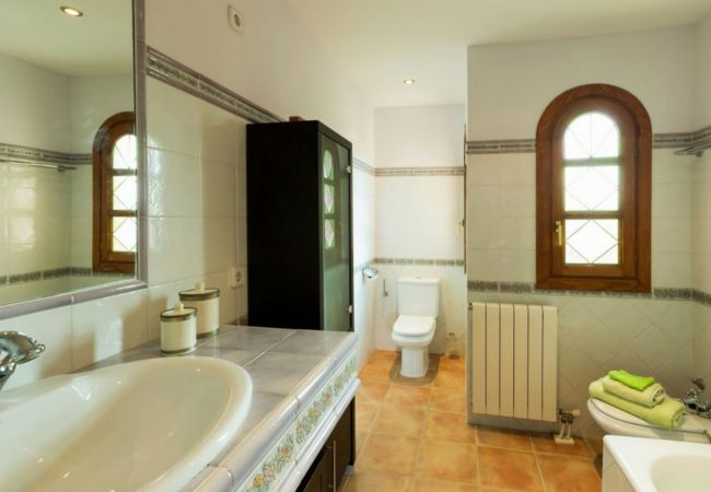 Large bathroom with bathtub of finca for sale in Biniali