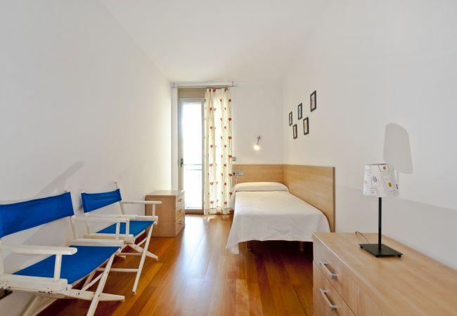 Dormitorio individual con balcón