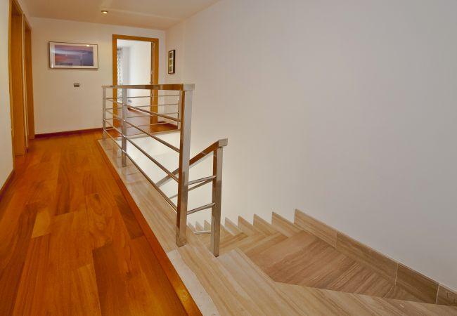 Pasillo a dormitorios y escaleras al piso inferior