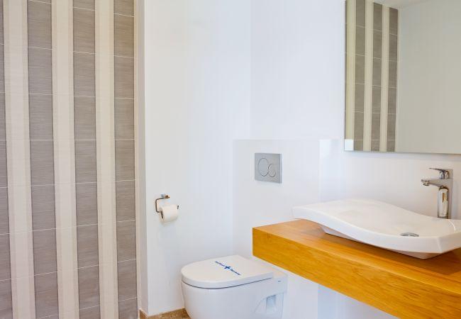 Lavabo y wc de baño en suite de dormitorio