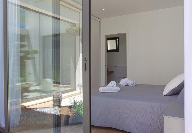 Dormitorio con baño en suite y acceso al exterior