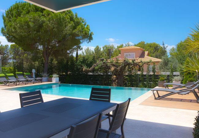 Mesa al aire libre en la terraza junto a la piscina
