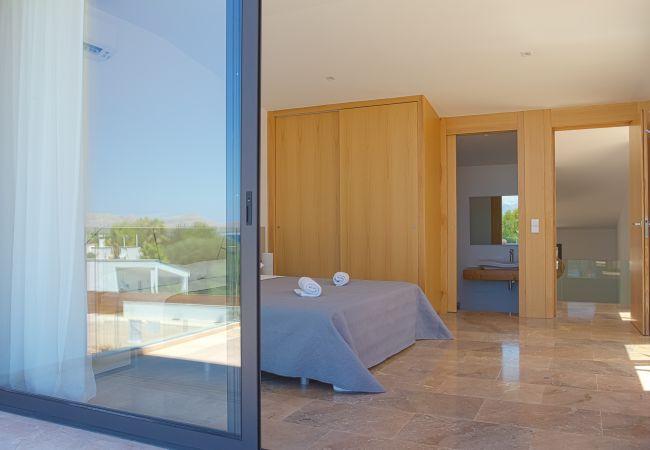 Dormitorio principal con baño en suite y terraza en Bon Aire