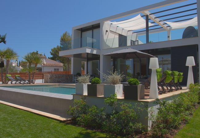 Fachada principal de la propiedad en venta en la zona de Bon Aire en Alcúdia