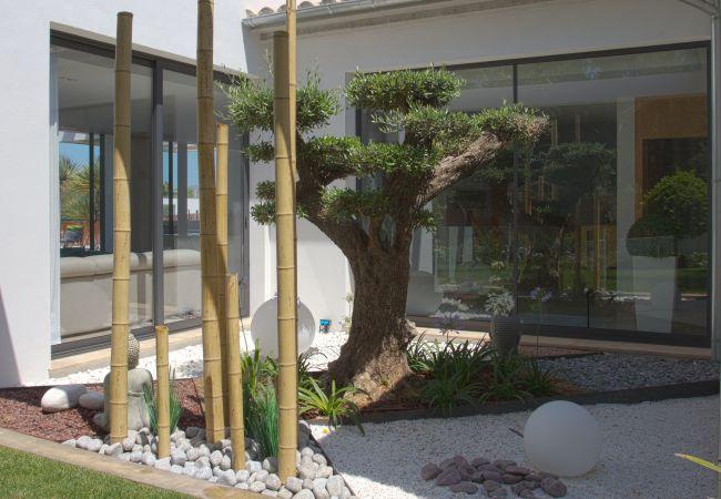 Jardín que puede verse desde un dormitorio