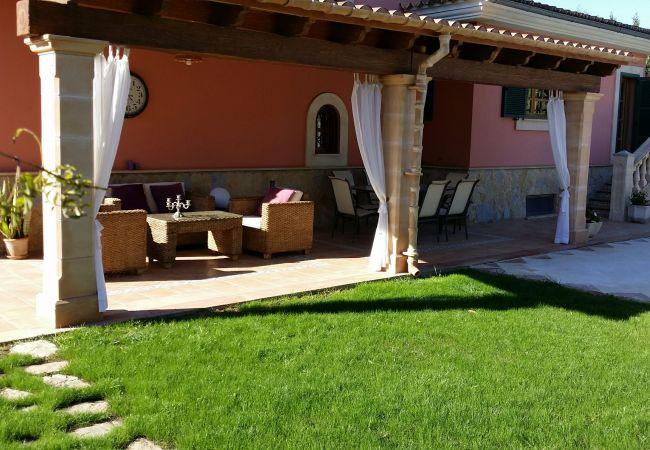 Jardín y porche de la casa en venta en Biniali