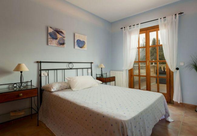 Dormitorio con terraza y radiador